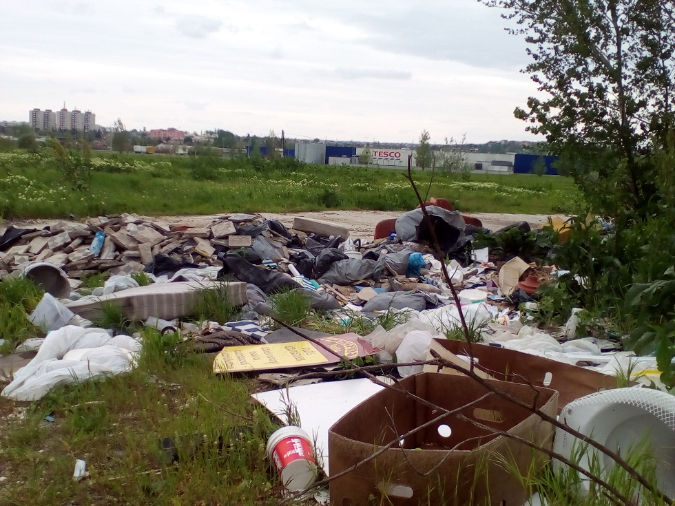 A helyszín hátterében látható az érdi hipermarket. Fotó: hulladekvadasz.hu