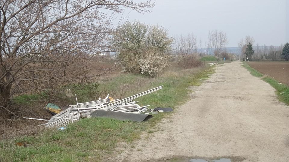 A hulladék a Szajkó utcába nyíló földúton található. Fotó: hulladekvadasz.hu