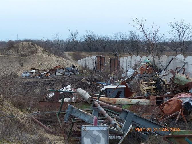 Az ingatlanon nagy mennyiségben hulladék van felhalmozva. Fotó: hulladekvadasz.hu