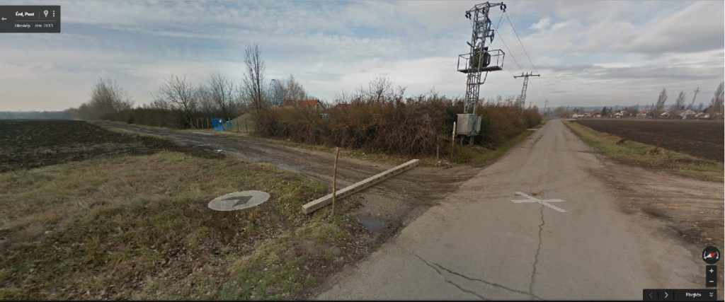 Mindkét képen látható kis domb (vízkút) miatt sikerült beazonosítani a helyszínt. Fotó: Google Maps