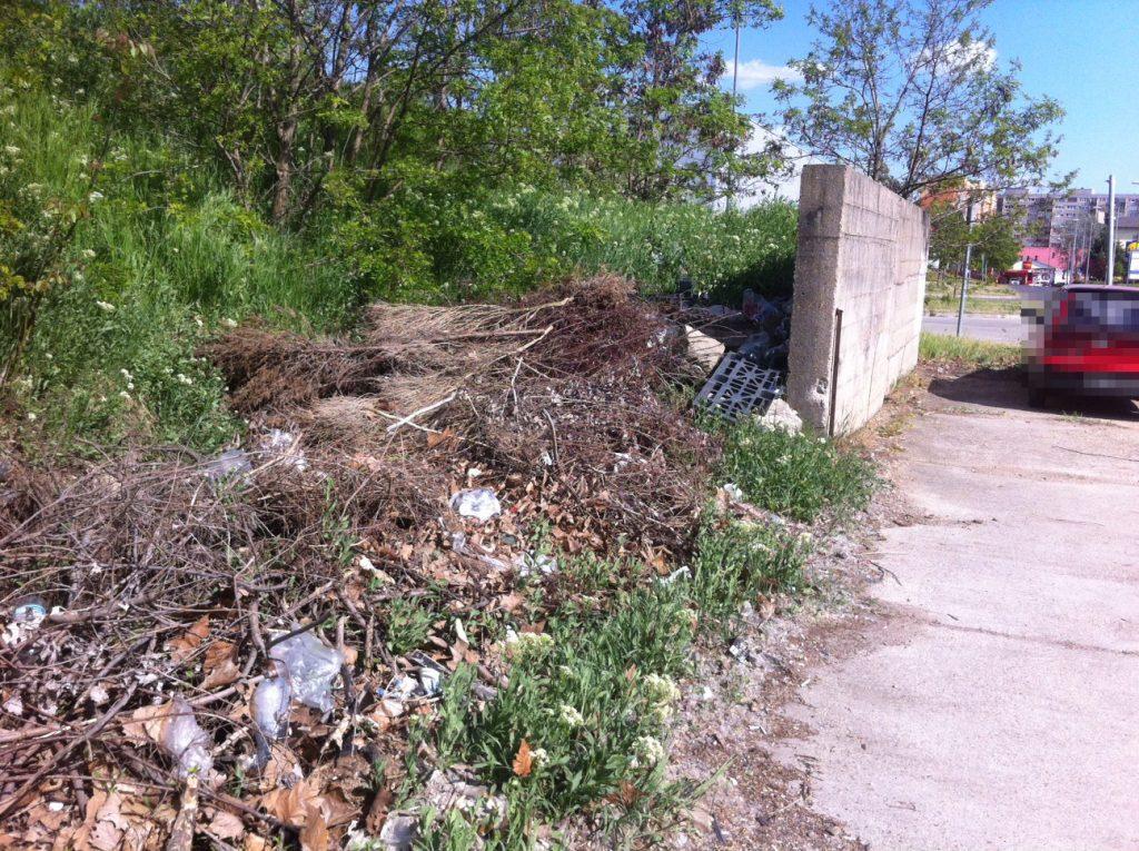 A szervizút végén található illegális hulladéklerakat. Fotó: hulladekvadasz.hu