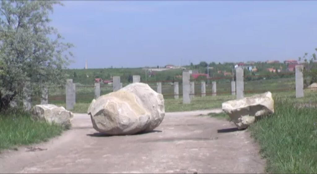 A terület bejáratát lezárták hatalmas kőtömbökkel. / Fotó: erdmost.hu
