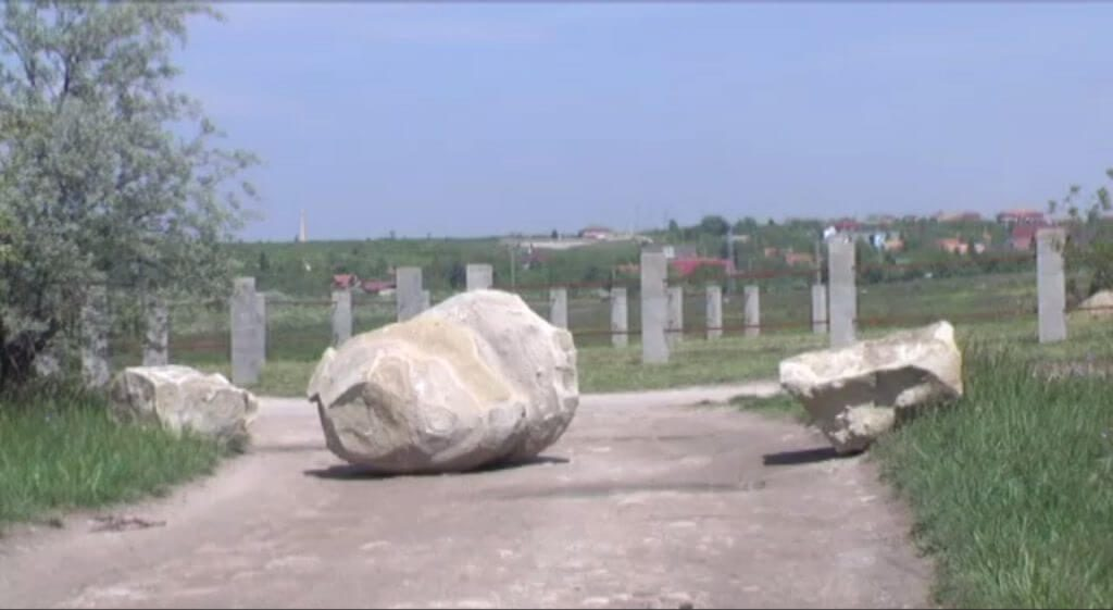 zuglói illegális szeméttelep Érden a szemetelők megfékezésére a terület bejáratát lezárták hatalmas kőtömbökkel. / Fotó: erdmost.hu