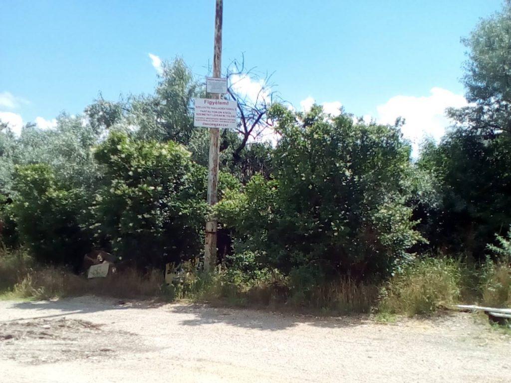Gyár utca ezen szakaszán figyelemfelkeltő tábla jelzi a szelektív hulladékgyűjtő megszűnését. Fotó: hulladekvadasz.hu