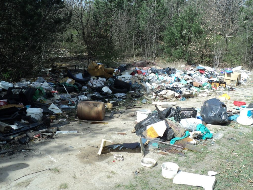A Biatorbágy határában kialakult szemétdomb a környékbeli településekről hordják össze az emberek. Fotó: hulladekvadasz.hu