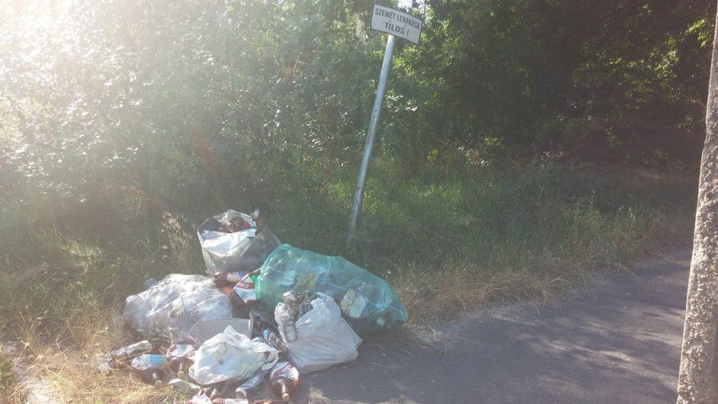 """Rákoscsaba A """"Szemét lerakása TILOS!"""" tábla alatt közvetlenül elhelyezett hulladék. Fotó: hulladekvadasz.hu"""