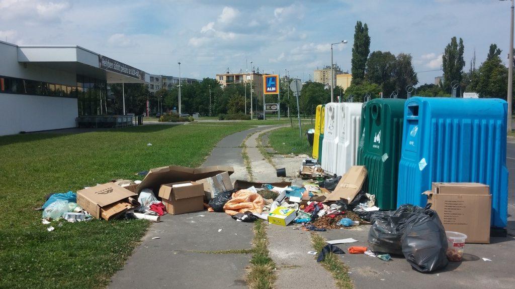 rohadt barack Egy szelektív hulladékgyűjtő sziget Pestszentlőrinc szupermarkete mellett. Fotó: hulladekvadasz.hu