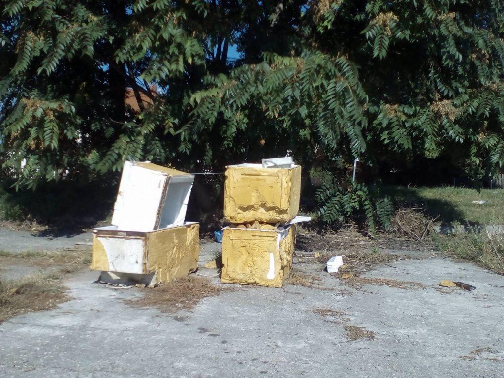 Kibelezett hűtőszekrények Érden a 6-os főút mellett. Fotó: hulladekvadasz.hu