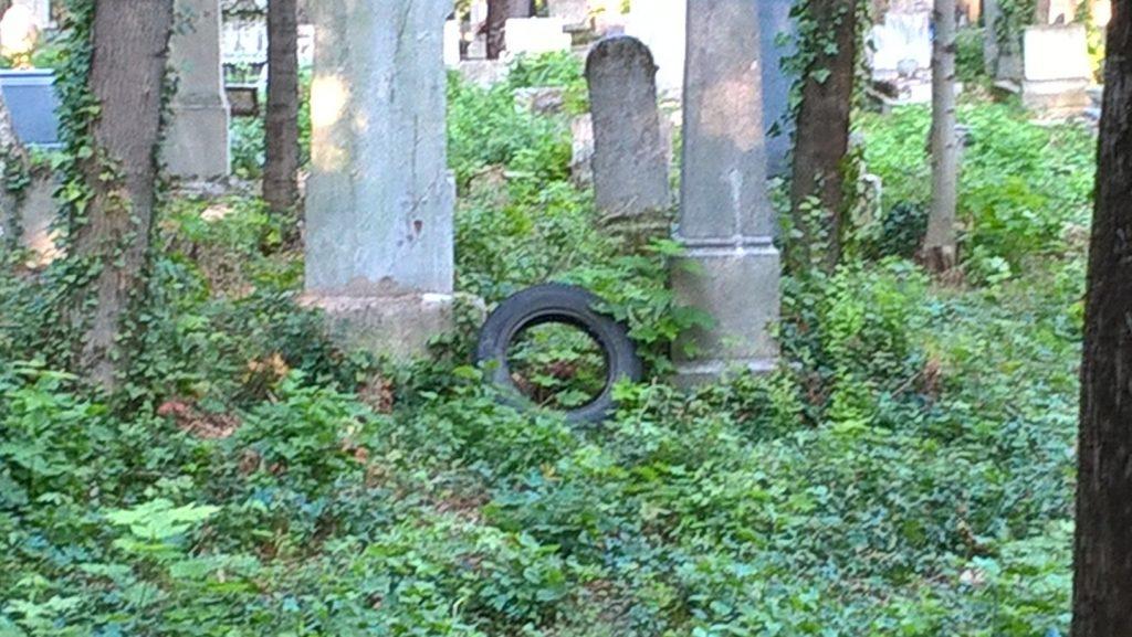 Farkasréti álságos állapota. Ön örülne, ha hozzátartozója sírhelye mellett hulladék éktelenkedne? Fotó: hulladekvadasz.hu