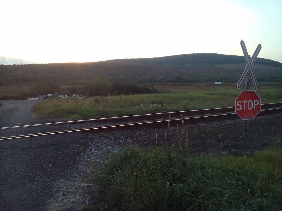 A vasúti átjáró túloldalára hordják illetéktelenek a hulladékot. Fotó: hulladekvadasz.hu