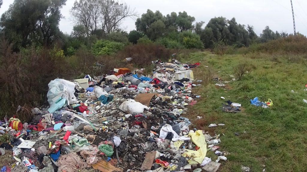 """Itt az Kerepesi Önkormányzat végzett már takarítást, de visszatért a """"hulladék-kígyó"""" újra és újra. Fotó: hulladekvadasz.hu"""