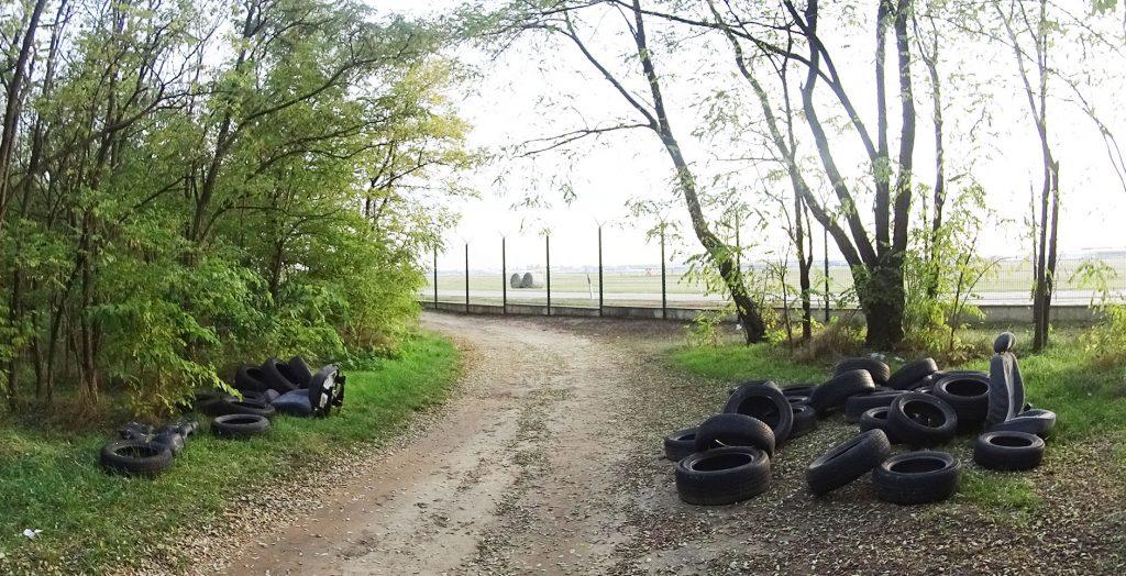 Az illegális hulladéklerakások hátterében a Ferihegyi reptér látható. Fotó: hulladekvadasz.hu