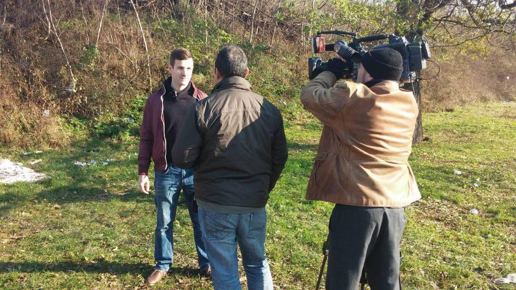 hulladékvadászok Szebenyi Péter, környezetmérnök a Duna Tv stábjának adott interjúja közben, a zuglói Francia úton. Fotó: hulladekvadasz.hu