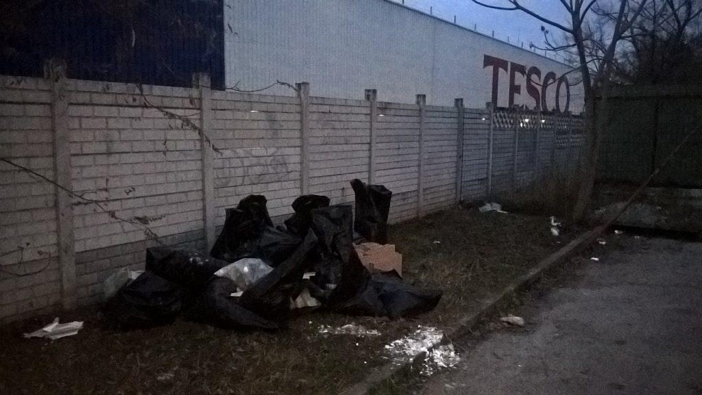 A helyszín jól beazonosítható a képen látható Tesco felírat segítségével. Fotó: hulladekvadasz.hu