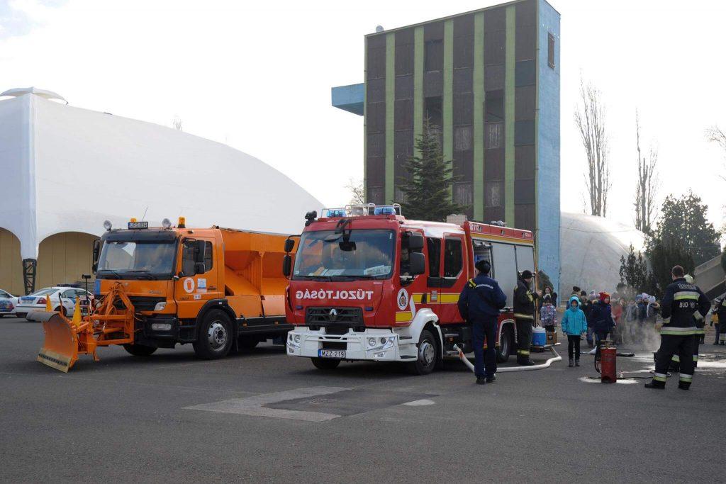 Lehetőség volt kipróbálni a tűzoltást. Fotó: facebook.com/FKFZrt