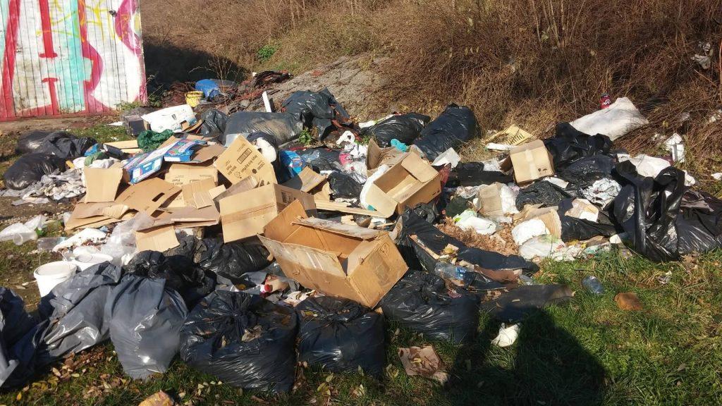 Tipikus látvány a sokat emlegetett zuglói Francia út ezen szakaszán. Fotó: hulladekvadasz.hu