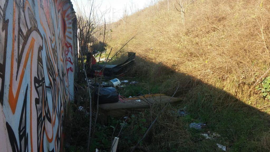 A garázssor mögött is hulladék van dögivel. Fotó: hulladekvadasz.hu