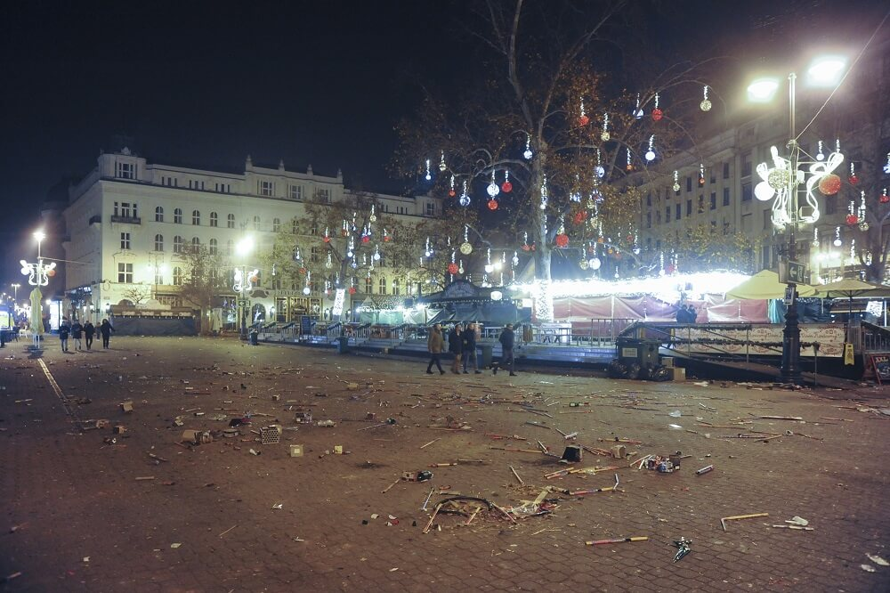 Szilveszteri hulladék-dömping a Vörösmarty téren. Fotó: fkf.hu