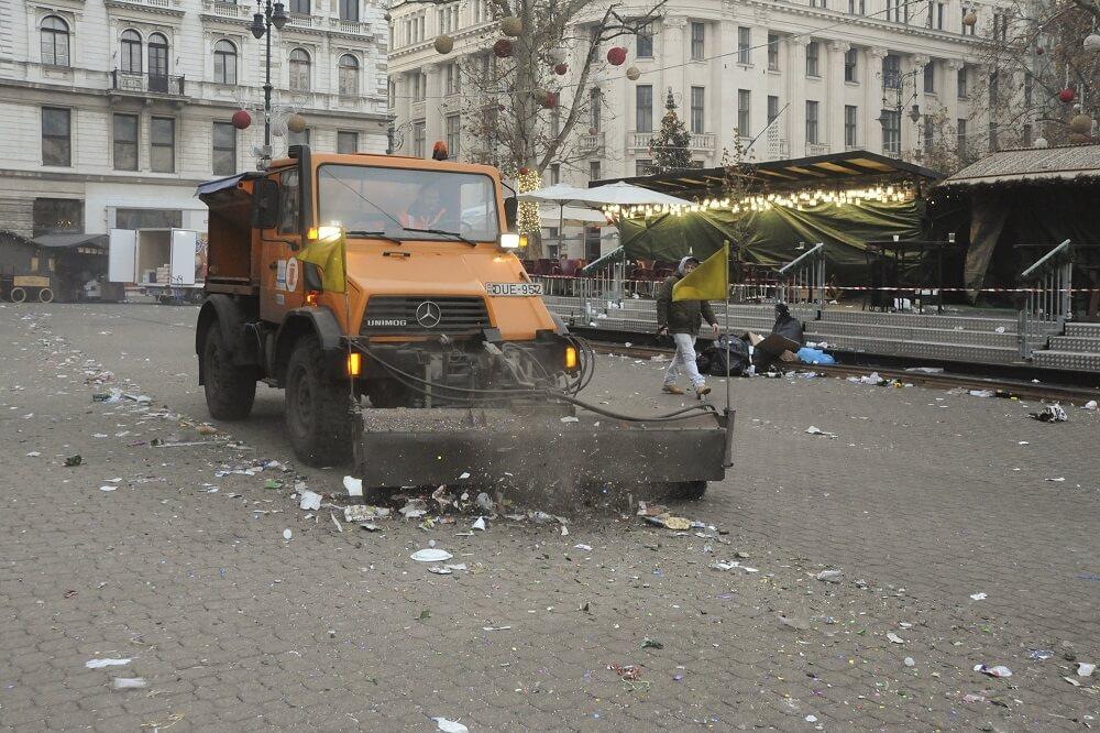 A jól bevált módszer az eldobált hulladék összeszedésére. Fotó: fkf.hu