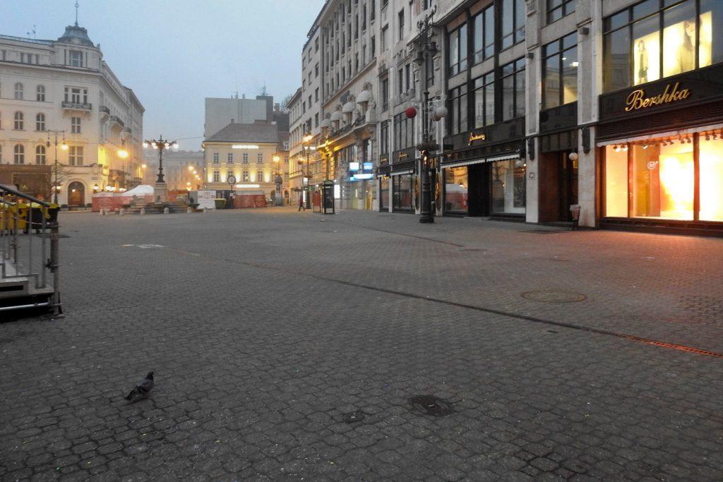 A Vörösmarty téren a szilveszteri mulatságnak már nyoma sincs, hála az FKF Zrt. dolgozóinak. Fotó: facebook.com/FKFZrt