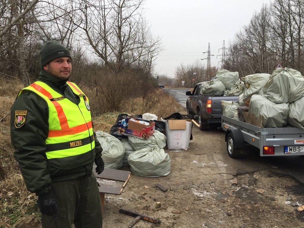 A Rákosmenti Mezei Őr a bezsákolt hulladékhalmokkal. Fotó: facebook.com/mezoor
