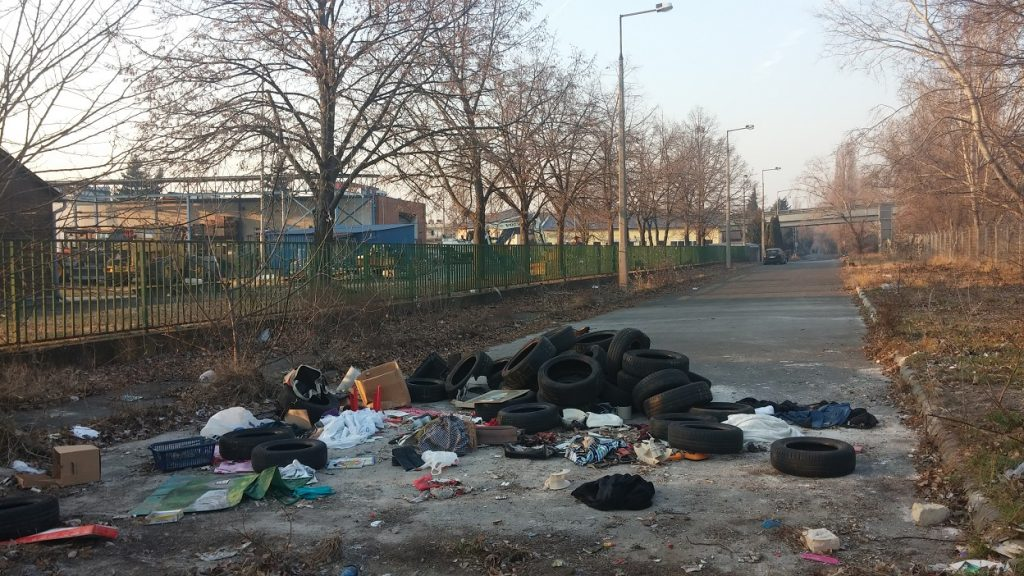Rögtönzött boxutca a zuglói Öv utca végén. Fotó: hulladekvadasz.hu