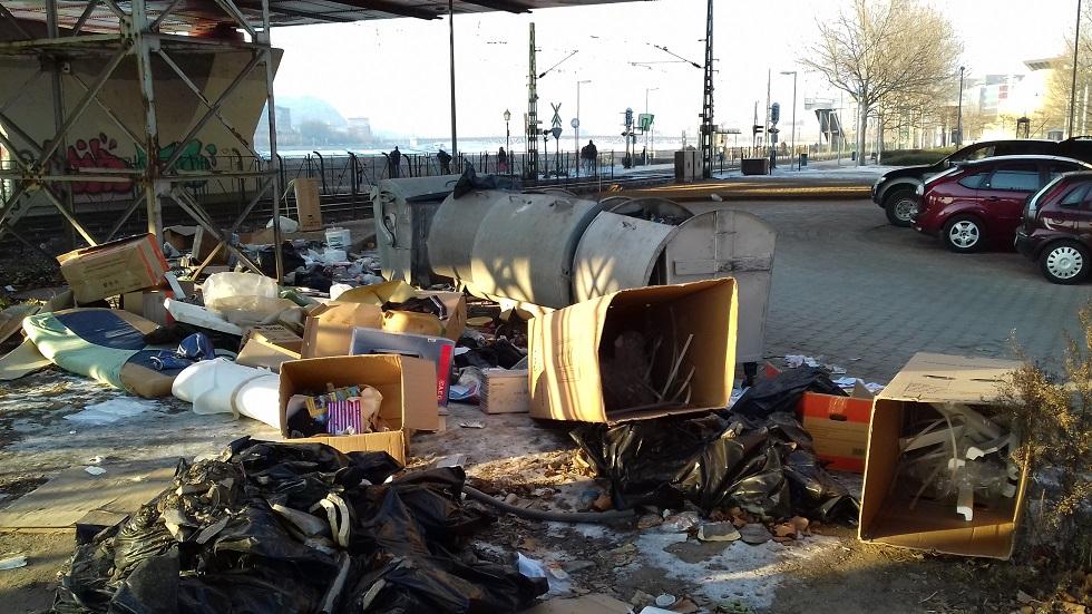 Rákóczi híd pesti hídfőjénél. Folyamatos hulladéklerakás már sokakat zavar. Nem az első bejelentés a helyszínről. Fotó: hulladekvadasz.hu