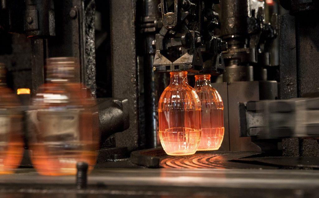 Orosházán Üdítõs üvegek készülnek egy üveggyártó gépen az O-I Magyarország Üvegipari Kft. orosházi gyárában 2017. január 25-én. / MTI Fotó: Rosta Tibor