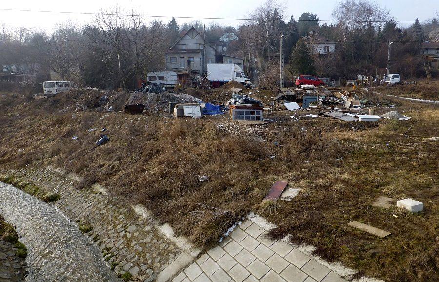 Olykor a Aranyhegyi-patakba is kerül a szemétből. / Fotó: hulladekvadasz.hu