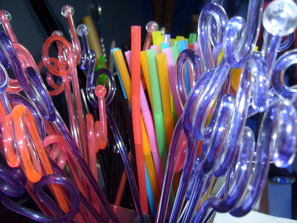 Egyszer használatos műanyag termék a szívószál.
