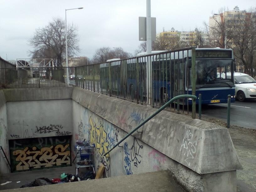 Háttérben a Pillangó utcai metrómegálló. / Fotó: hulladekvadasz.hu