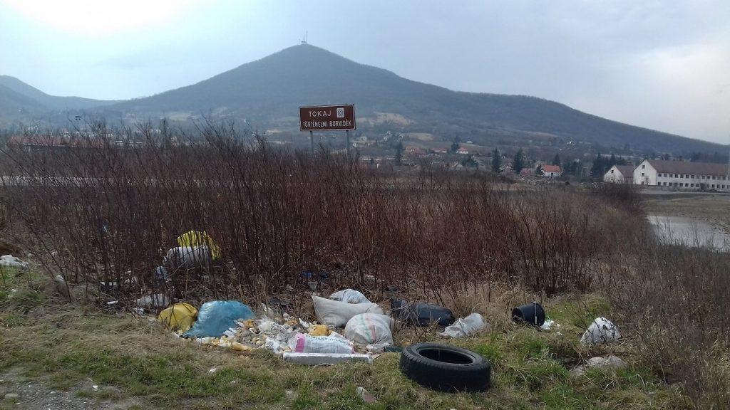Közvetlenül a Tokaj történelmi borvidék táblája alá pakolják ki a szemetet. / Fotó: hulladekvadasz.hu