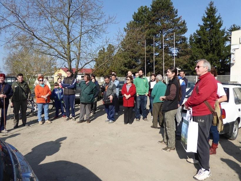 Népes csapat gyült össze a szemétszedési akció helyszínén. / Fotó: facebook.com/delvideki.foldikutya