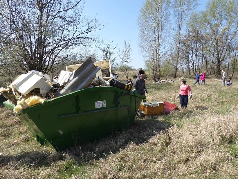 A részvevők hamar megtöltötték a kihelyezett konténereket. / Fotó: facebook.com/delvideki.foldikutya