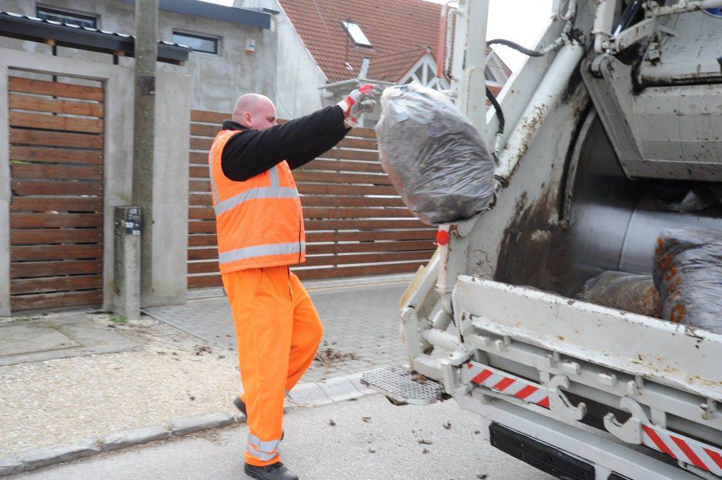 kerti zöldhulladék Az FKF dolgozója munka közben. / Fotó: FKF Zrt.