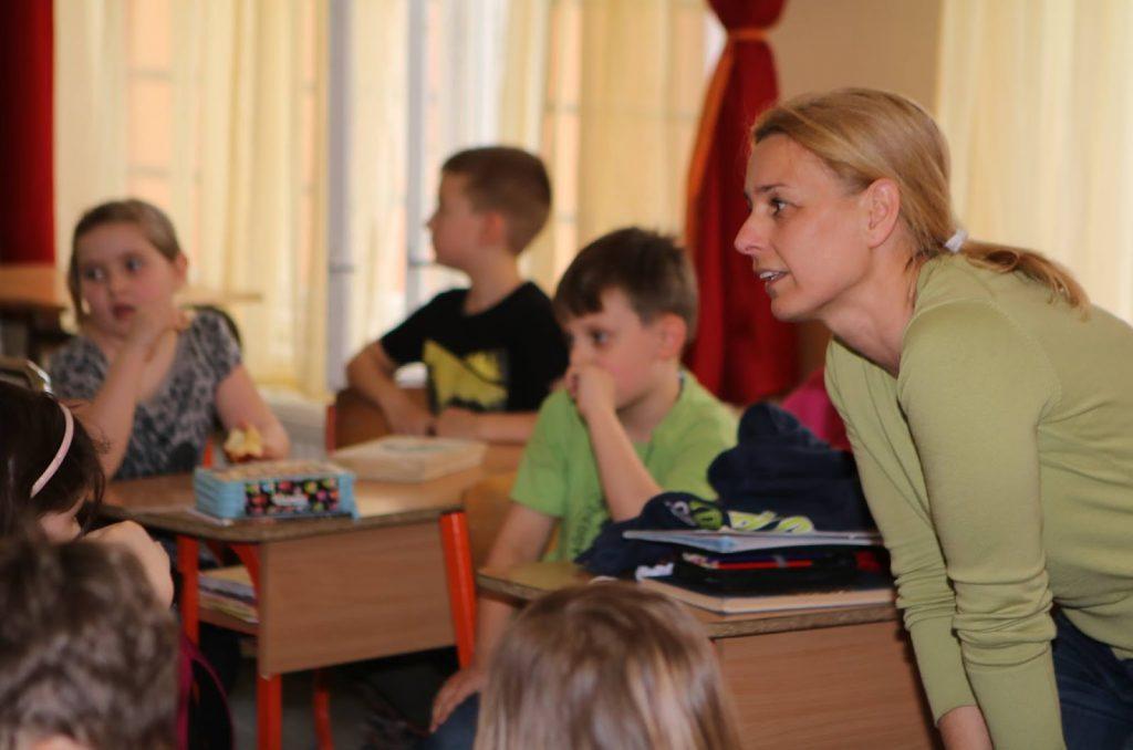 Iskola projekt - Tóth Andi a gyerekeket oktatja.