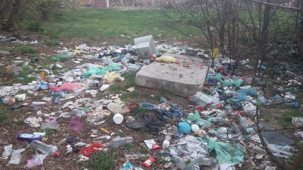 Öv utca idillikus hulladékmezeje a matraccal és ami körülötte van. / Fotó: hulladekvadasz.hu