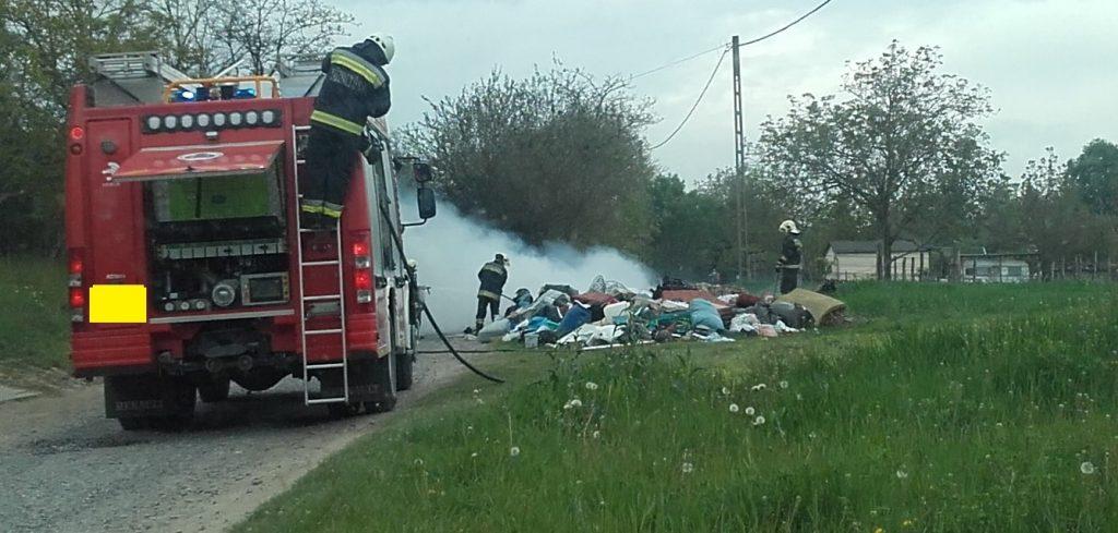 Lángoló szeméthalom oltása közben a tűzoltóság. / Fotó: hulladekvadasz.hu