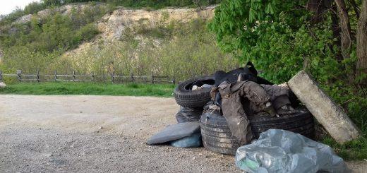 Pál-völgyi barlang parkolójának hulladéklerakata