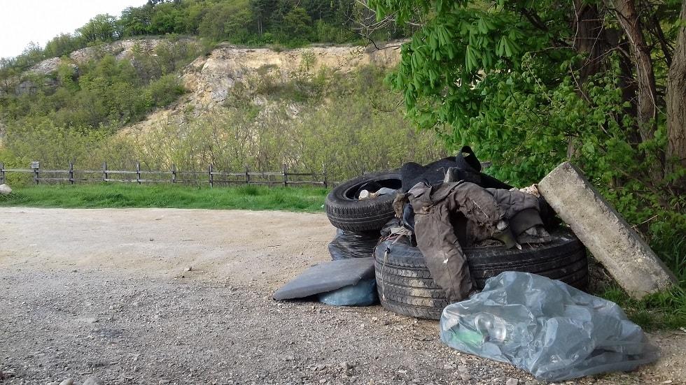 Pál-völgyi barlang parkolójának hulladéklerakata. / Fotó: hulladekvadasz.hu