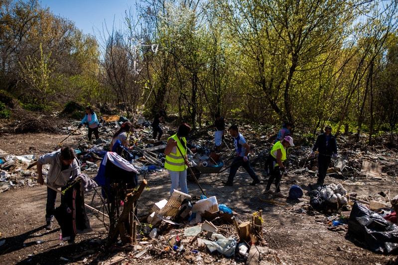 Illegális szeméttelep takarítása Zuglóban. / Fotó: Képszerkesztőség
