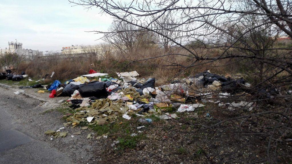 Hajóállomás utca környéke hemzseg a hasonló hatalmas illegális hulladéklerakásoktól. Háttérben az Obi. / Fotó: hulladekvadasz.hu