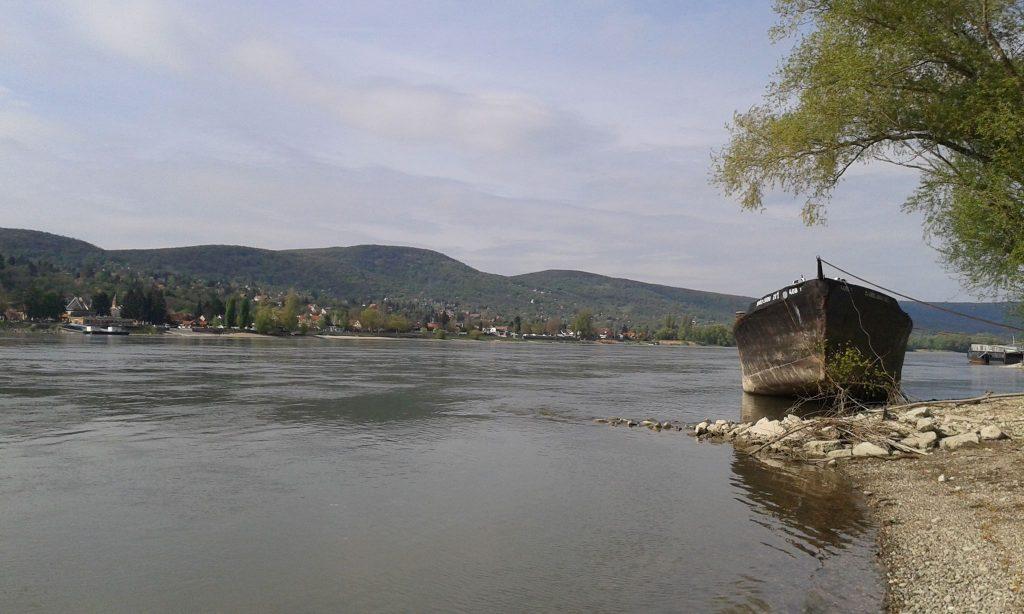 A hajóroncsok vadregényesebbé teszik a visegrádi Dunapartot. / Fotó: hulladekvadasz.hu