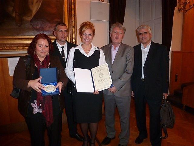A százhalombattai Hulladékkommandó 2012-ben a díj átvételekor. / Forrás: hulladekkommandó