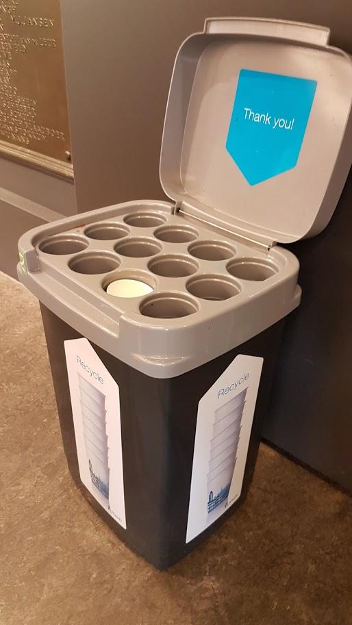 """Egyetemi kávézó újrahasznosítandó kávéspohár gyújtő """"szigete"""""""