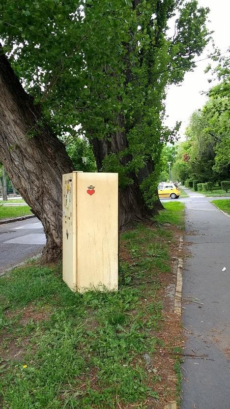 A hűtőszekrény élvezi a terebélyes fa árnyékát. / Fotó: hulladekvadasz.hu