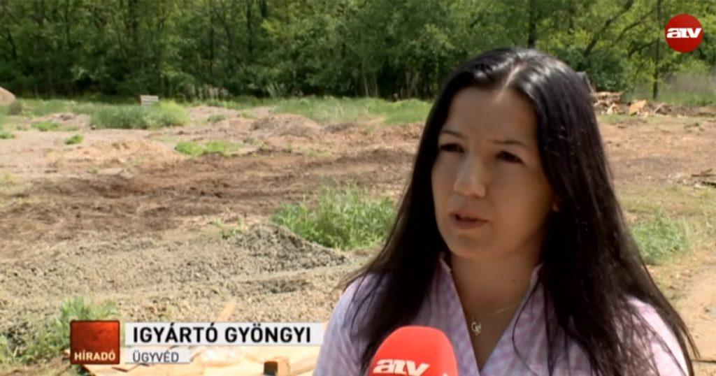 Veresegyházi Ivacs hulladékégető helyszínén ügyvédnő nyilatkozik a helyiek problémájáról. / Fotó: atv.hu