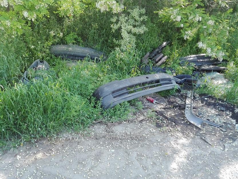 Bontott autó-alkatrészek határában. / Fotó: hulladekvadasz.hu