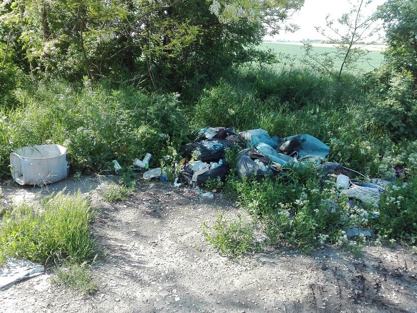 A bejelentő szerint veszélyes hulladékot tartalmaz az illegális hulladéklerakat Kecskemét határában. / Fotó: hulladekvadasz.hu