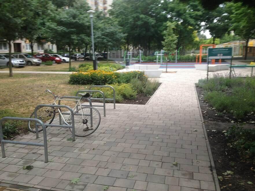 Egy bringa hely mínusz már hetek óta a Párkány utcai játszótér mellett. / Fotó: hulladekvadasz.hu